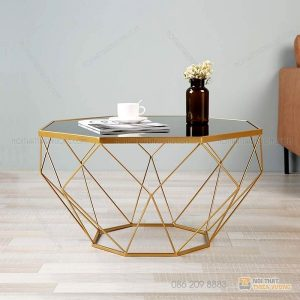 Bàn trà sofa chân kim loại mặt kính hình kim cươngvới thiết kế khung sắt đẹp và mặt kính hình lục giác. Mẫu bàn hiện đại phù hợp với nhiều dáng sofa đẹp cho gia đình. Bạn có thể tự tin tiếp khách ở ngôi nhà của mình . Không gian phòng khách sẽ sang trọng và đẹp hơn rất nhiều. Loại bàn này có rất nhiều màu khác nhau để khách hàng có thể thoải mái lựa chọn sản phẩm