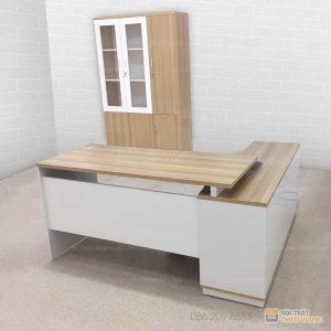 Bàn làm việc giám đốc, quản lý BGD-17 với kiểu dáng đẹp, phá cách, hiện đại, sang trọng, toát lên được sự đẳng cấp cho không gian làm việc chuyên nghiệp nhất.Sản phẩmbàn làm việc văn phòngnày được nhập khẩu chính hãng, dùng chất liệu gỗ cao cấp mang đến một sản phẩm với chất lượng ưu việt nhất.