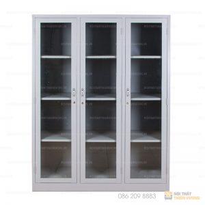 Tủ sắt văn phòng 3 cánh có kiểu dáng hiện đại, tủ có 3 cánh kính với mục đích dễ nhìn thấy tài liệu liệu để bên trong mà chưa cần phải mở cánh. Mỗi khoang có 3 đợt cố định chia làm 4 tầng dễ dàng cho việc sắp tài liệu bên trong.